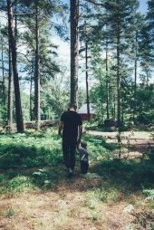 Zwei Entdecker im schwedischen Wald