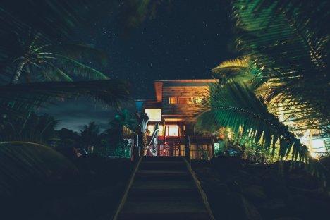 Das Kaireva Beach House bei Nacht