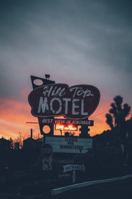 Ein Motel in Kingman bei Sonnenuntergang