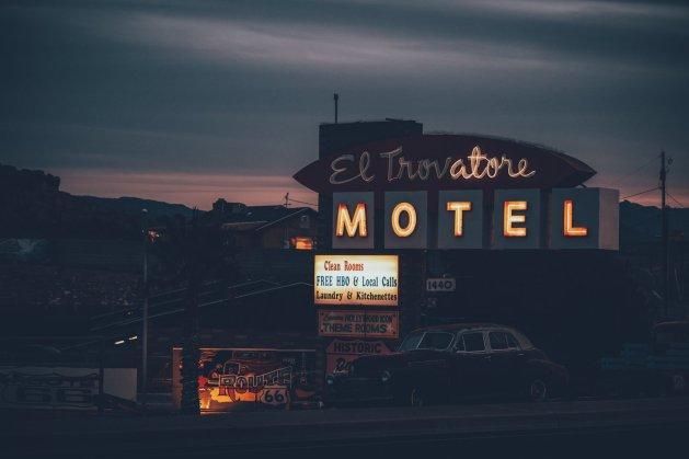 Ein Motel auf der Route 66 bei Sonnenuntergang