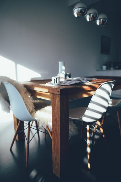 Design-Klassiker: Vitra Eames DSW Stuhl mit gelblichem Ahornuntergestell