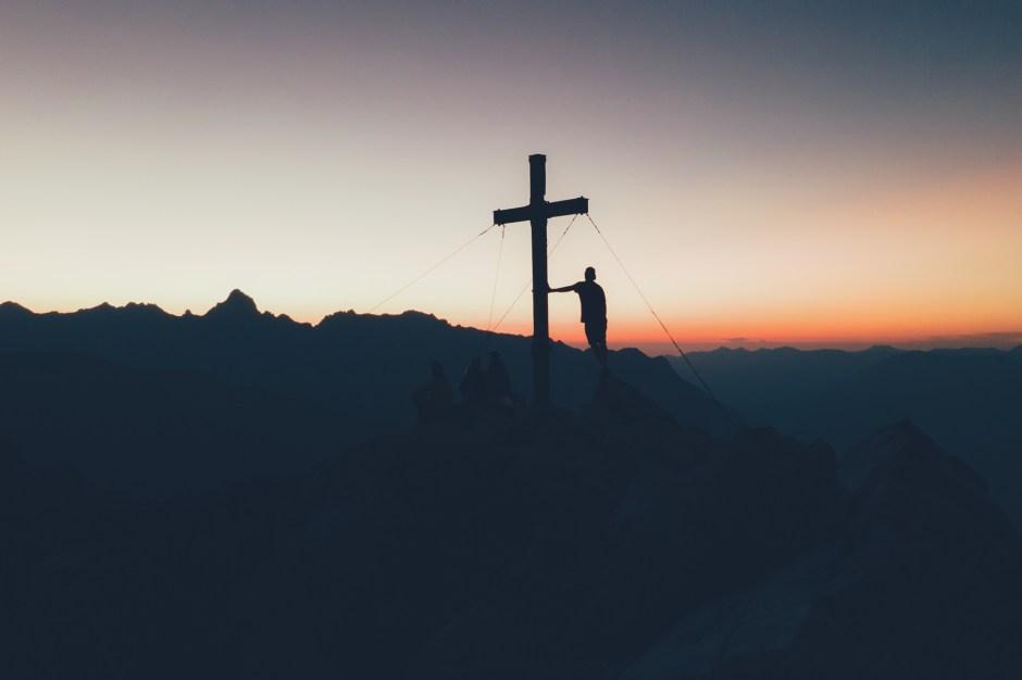 Geschafft! Sonnenuntergang am Gipfelkreuz