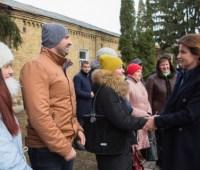Марина Порошенко посетила швейную фабрику и призналась, что имеет шестой разряд