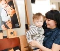 """В Виннице открылась выставка портретов мам и их """"солнечных"""" деток"""