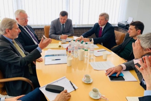 Еврокомиссар предложил Зеленскому помощь в газовых переговорах с РФ