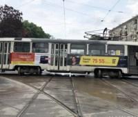 В Харькове трамвай столкнулся с автомобилем, пострадали женщина и ребенок