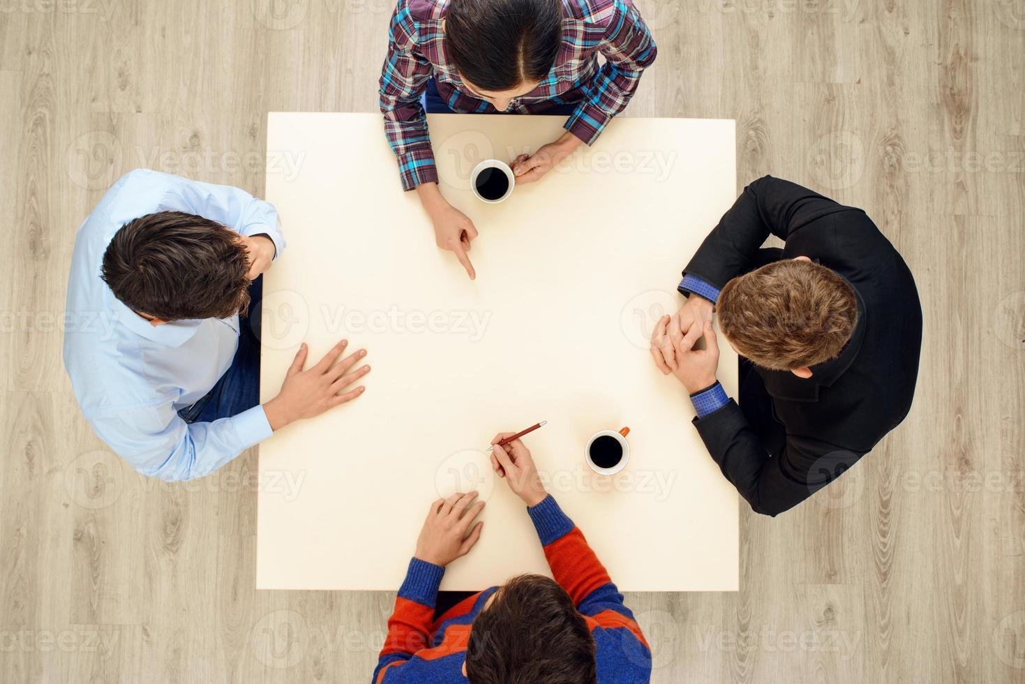 https fr vecteezy com photo 896919 table de dessus avec groupe de jeunes