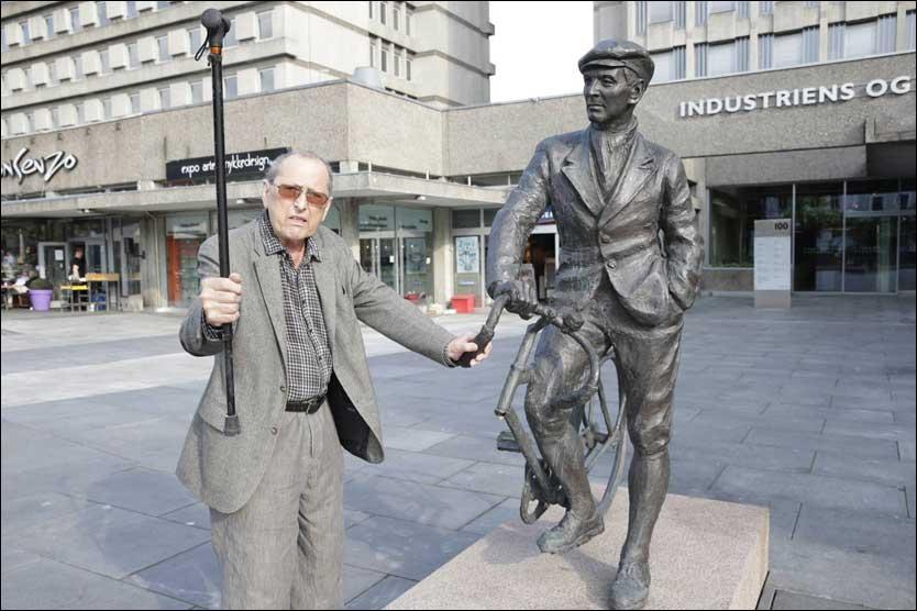 SABOTERT: Billedkunstneren Per Ung raser over at noen har ødelagt statuen av krigshelten Gunnar Sønsteby. Foto: FRODE HANSEN / VG