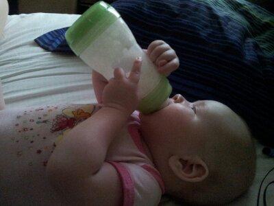 Jag håller flaskan själv!