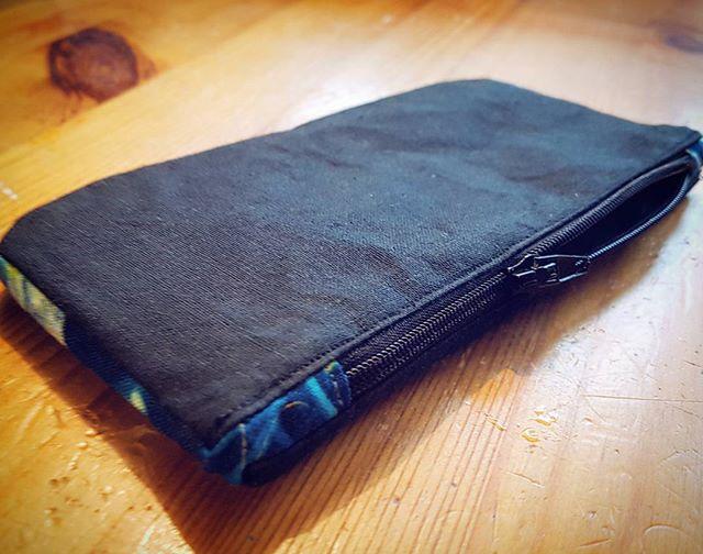 Jag sydde en grej igår när bakis-segheten hade lagt sig lite. Har vaga planer för en ny plånboksväska, men kunde inte låta bli att börja lite... #viddesyr #myntfack #sy #sytt #plånbok