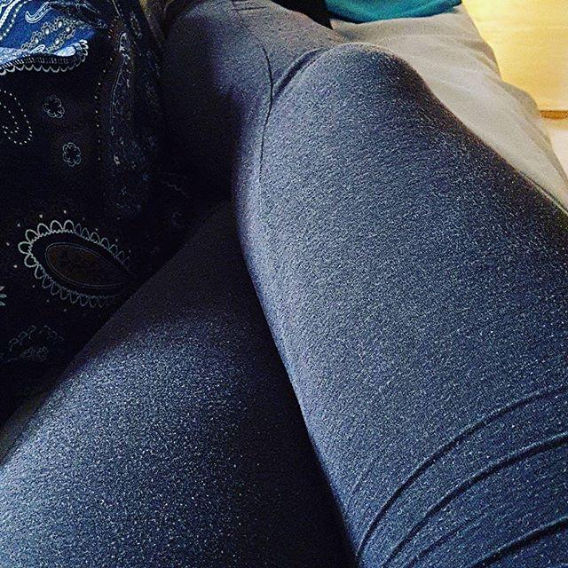 De här benen är jättetrötta och vill inte alls röra sig. Det är problematiskt eftersom jag gärna vill bli buren till ställen... #jagärtrött