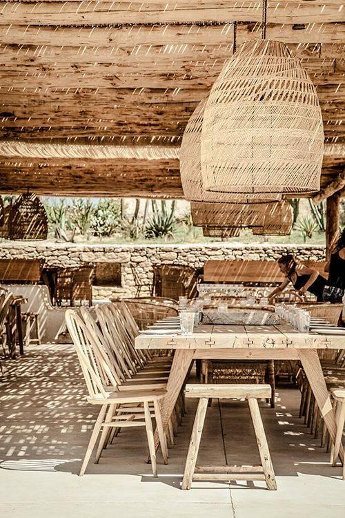 Splendide ambiance Bohme Chic du barrestaurant Scorpios  Mykonos  Petite Lily Interiors