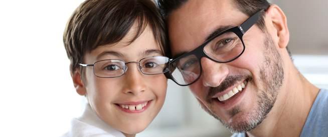 كيف تعرف أن طفلك بحاجة إلى نظارة طبية؟