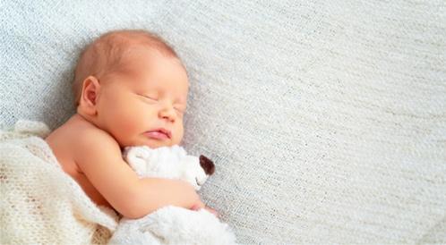 تطور الطفل في الشهر الأول الحركة الحواس النوم الوزن والطول