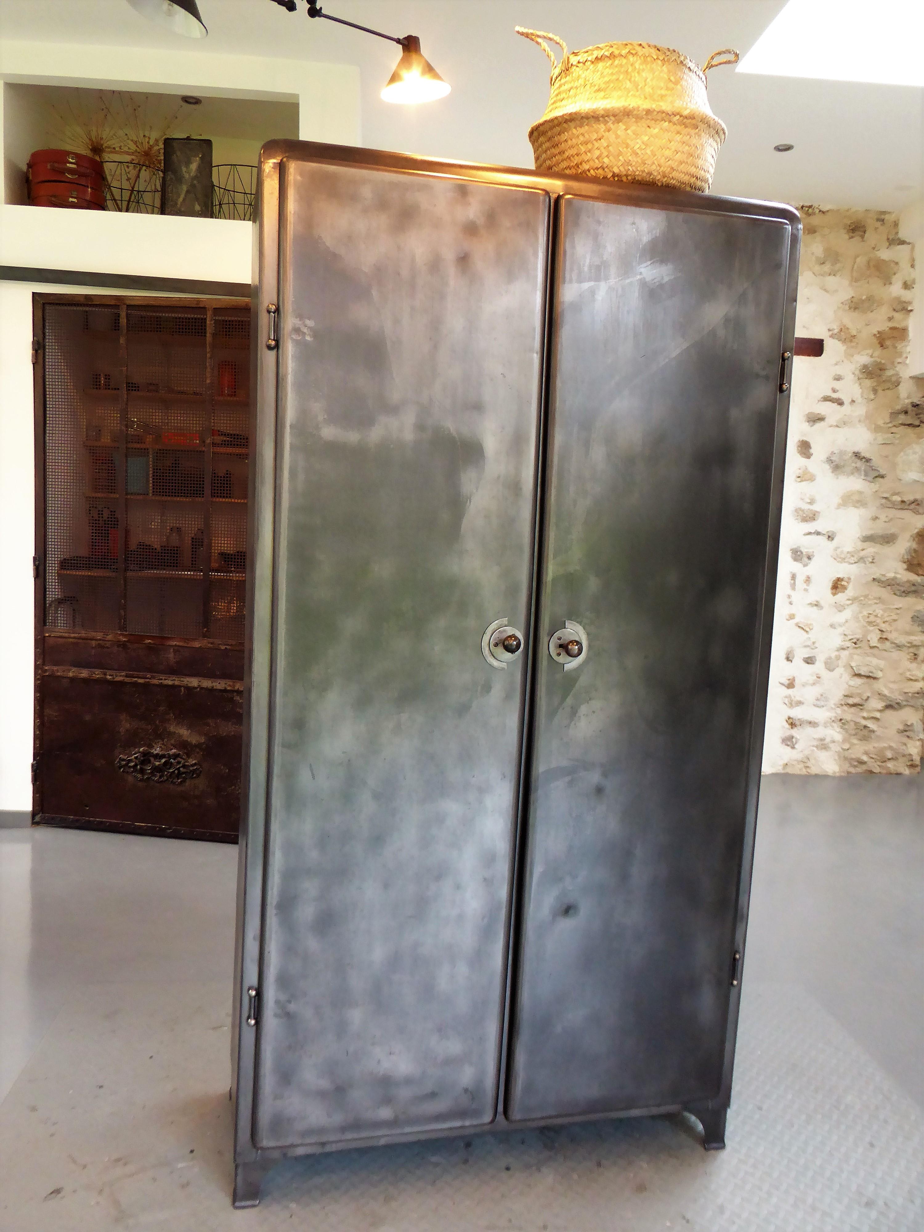 armoire en metal vintage