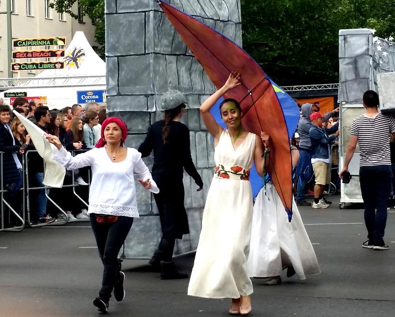 Obrazek przedstawia kobiety idące wparadzie Karnawału Kultur.
