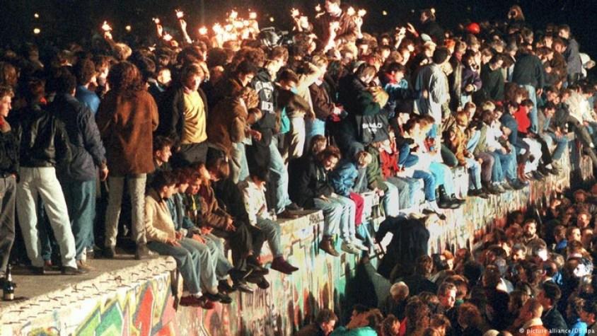 Ludzie świętujący Sylwestra poUpadku Muru przy Bramie Brandenburskiej.