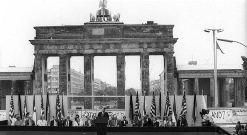 Przemowa Kennedy'ego przy Bramie Brandenburskiej.