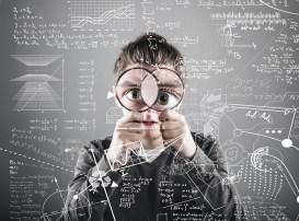 Мужчина смотрит через увеличительное стекло на математические формулы