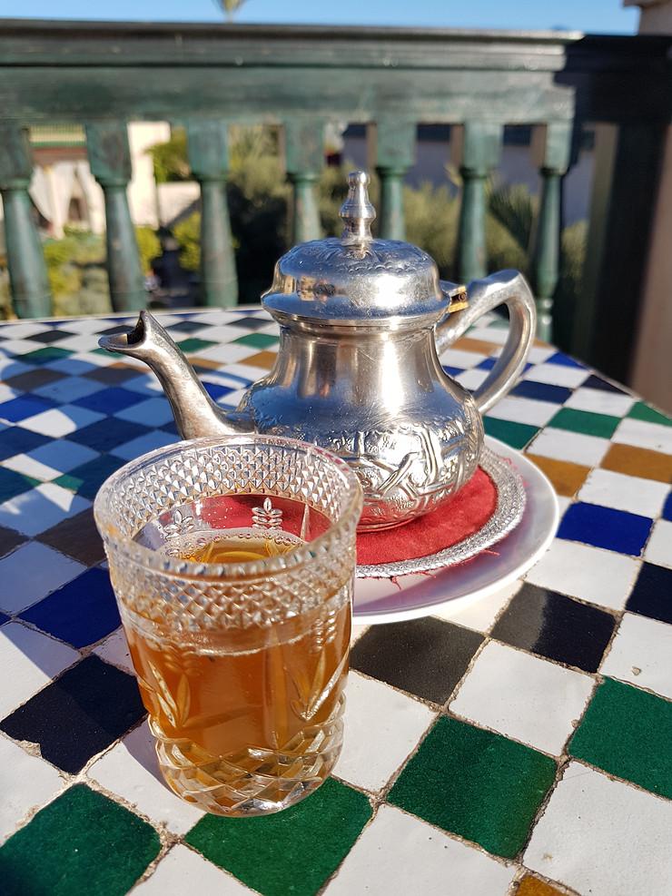 te de menta en marrakech, turistas tomando el te, día soleado, mesa de mosaicos