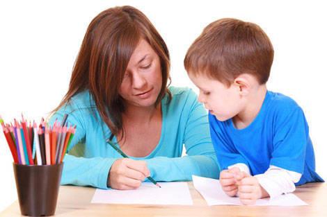 Bằng sự kiên nhẫn và 'bí kíp' hay, mẹ sẽ giúp con phát triển tối đa trí thông minh. (Ảnh minh họa).