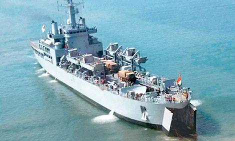 Tàu đổ bộ INS Airavat bị mắc cạn khi đang trở về căn cứ hải quân.