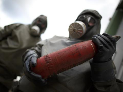 Các nhân viên trong trang phục bảo hộ diễn tập tại khu vực tiêu hủy vũ khí hóa học ở Đức ngày 30/10/2013. (Nguồn: AFP/TTXVN.)