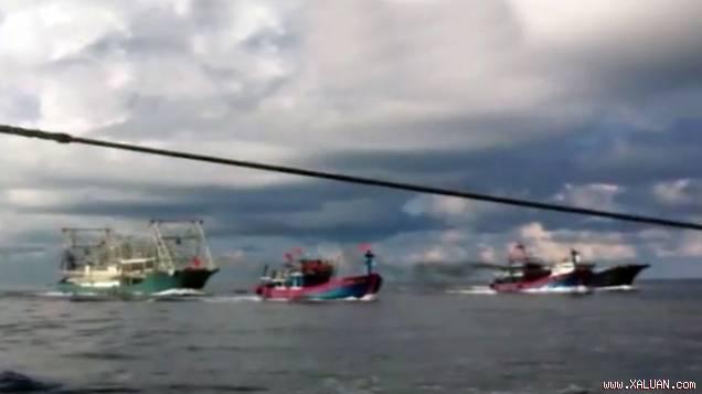 Tàu Trung Quốc (trái) đuổi theo hai tàu cá Việt Nam - Ảnh cắt từ clip