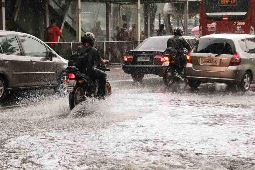carros e motos avaçam avenida alagada
