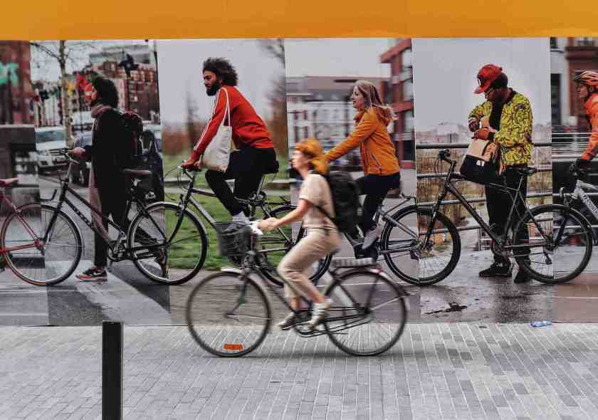 colagem de diferentes ciclistas andando de bicicleta