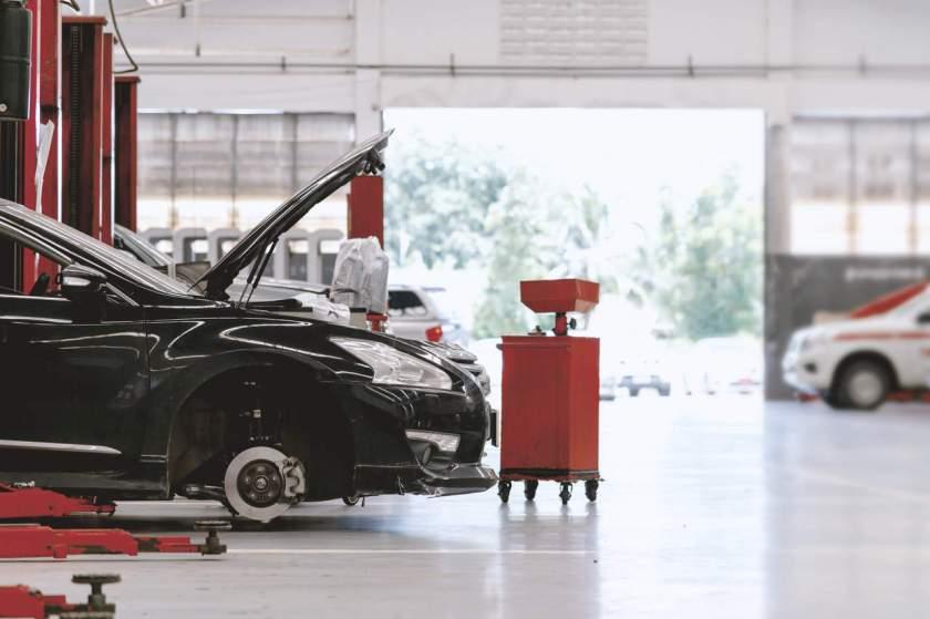 carro sem a roda em oficina mecânica para conserto