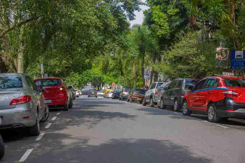 carros estacionados em rua com zona azul