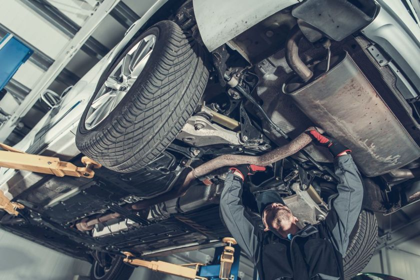 mecanico faz reparo em parte de baixo do carro