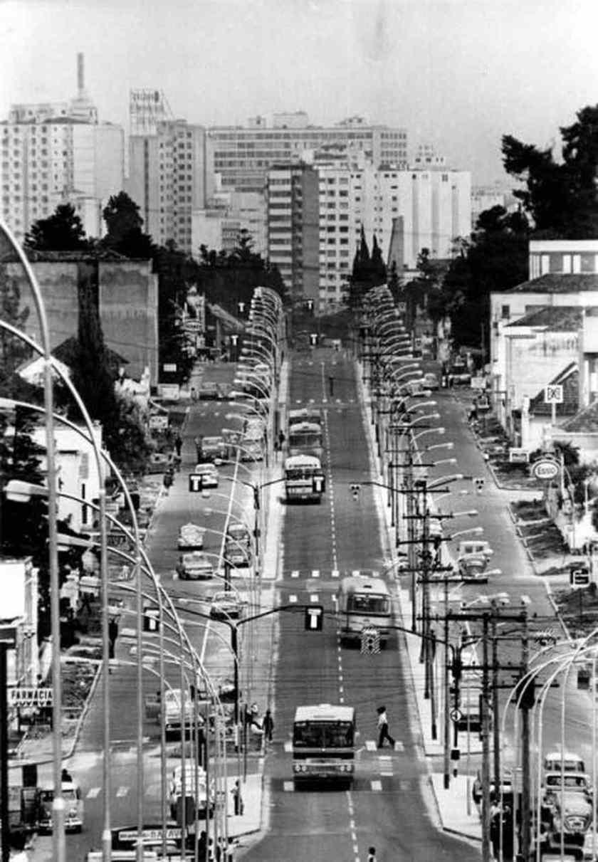 O corredor exclusivo dos ônibus em Curitiba na década de 1970