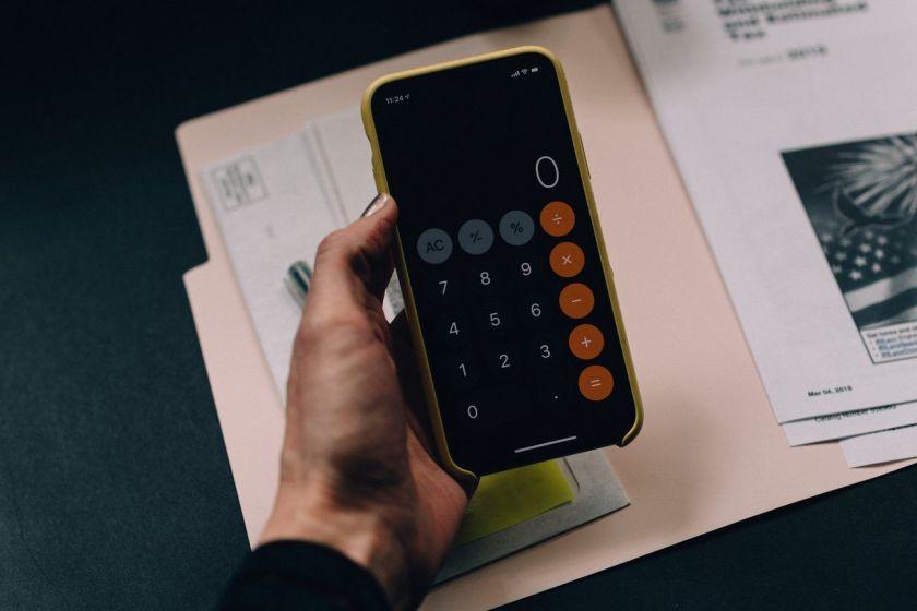 Mulher calcula gastos com o carro em seu celular