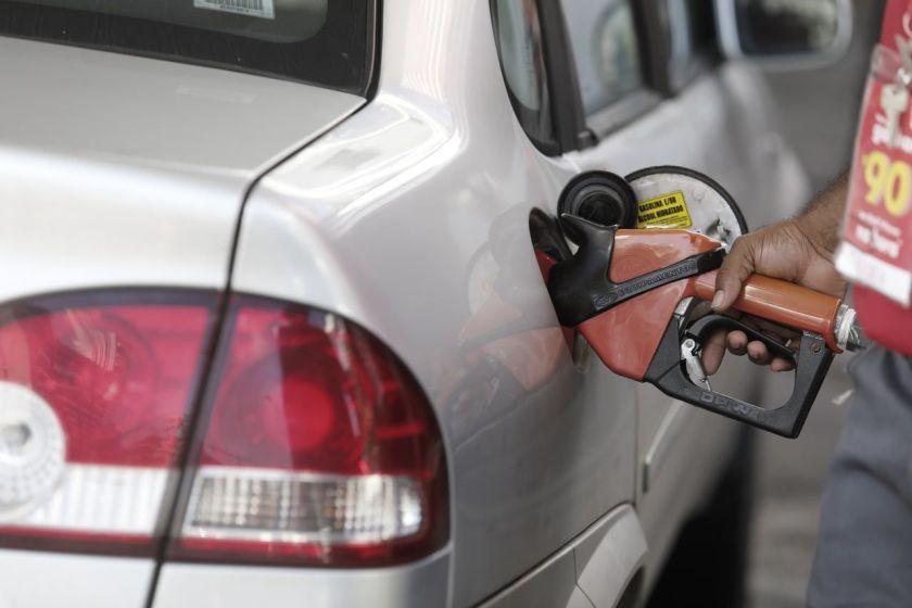 homem abastece carro em posto de combustível no Brasil