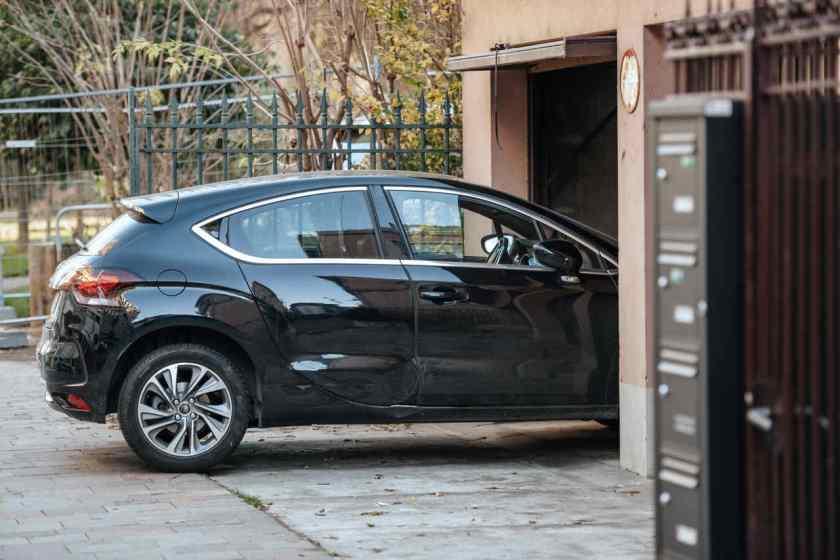 carro guardado na garagem