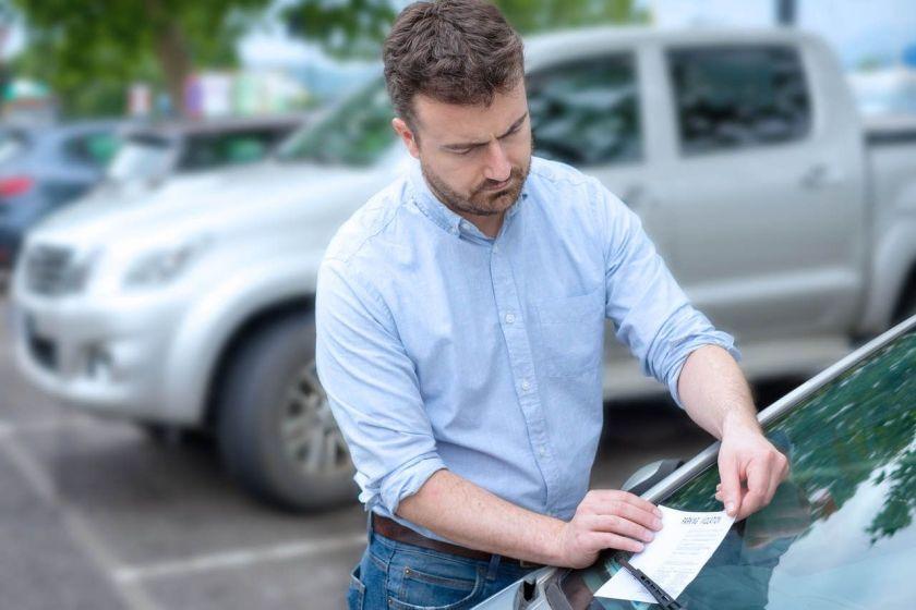 motorista é multado por estacionamento irregular