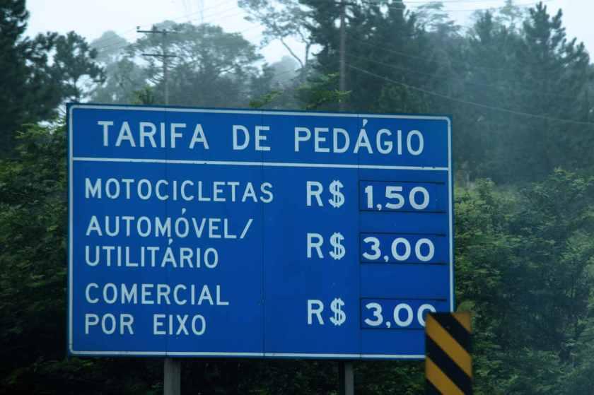 placa azul com valores das tarifas de pedágio em São Paulo