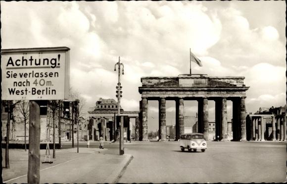 Ansichtskarte  Postkarte Berlin Brandenburger Tor West VW Bus Ost  akpoolde