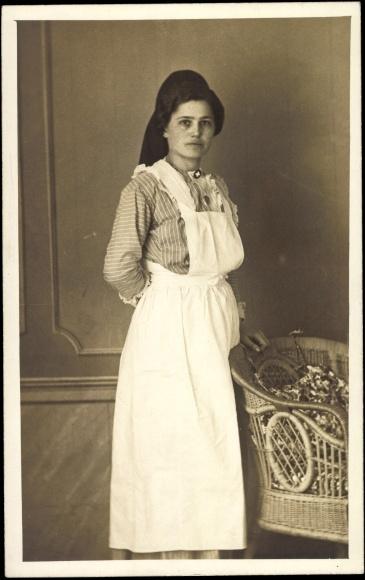 Foto Ansichtskarte  Postkarte Frau in Arbeitskleidung Weier Kittel Krankenschwester  akpoolde