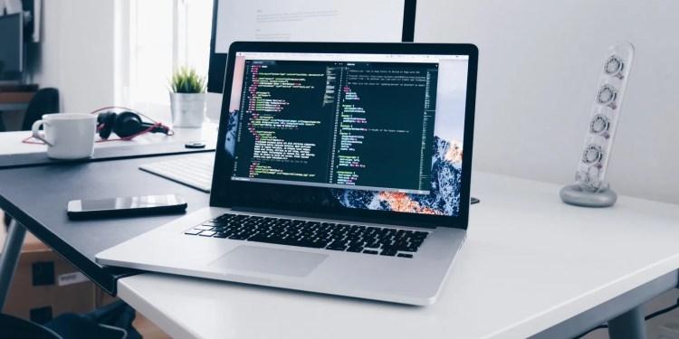 显示代码的计算机屏幕