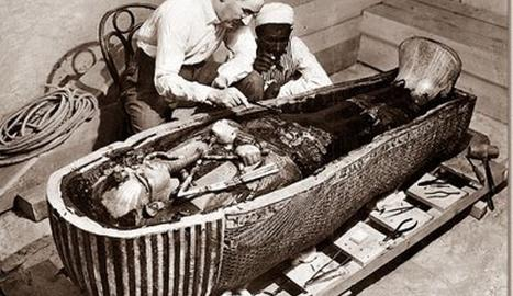 Howard Carter junto a la tumba de Tutankamon.. ARCHIVO