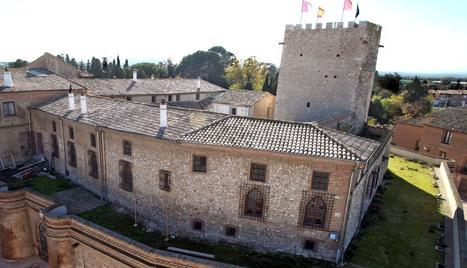 En la imagen, el castillo de Cortes, situado entre la parroquia y su antigua huerta reconvertida en parque público. NURIA G. LANDA