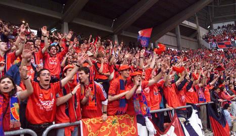 Aficionados de Osasuna, en el desplazamiento a Gijón del 2000, año del ascenso. JAVIER SESMA