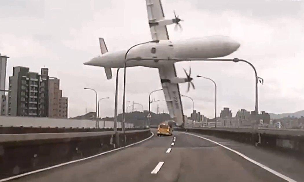 臺灣一架小型客機墜河,至少31人遇難 - 紐約時報中文網