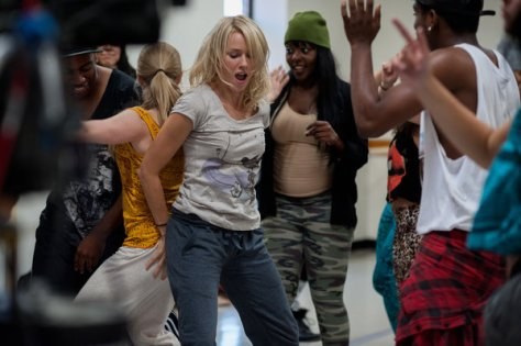Naomi Watts dansend op Hip Hop muziek in While We're Young