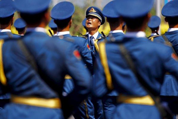 一名军官在阅兵训练中大声喊着口令。
