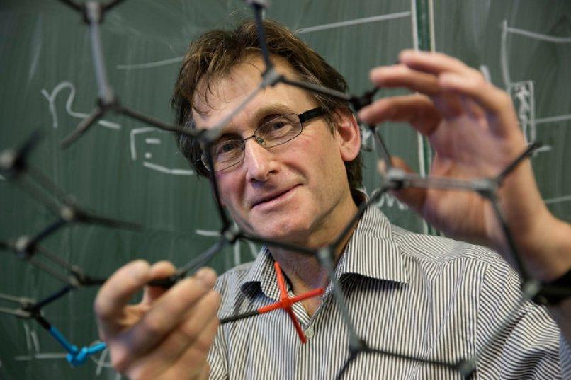 Bernard L. Feringa, profesor de química orgánica en la Universidad de Groningen, en los Países Bajos, fue uno de los tres ganadores del Premio Nobel de Química por su trabajo en el desarrollo de máquinas de tamaño molecular. Credit Jeroen Van Kooten/Universidad de Groningen, vía Associated Press