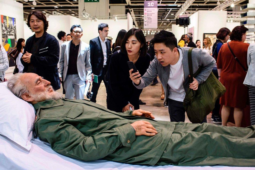 在香港藝術展上,和毛澤東的「屍體」來個自拍 - 紐約時報中文網
